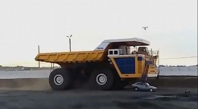 Дампер од 800 тони против автомобил (видео)
