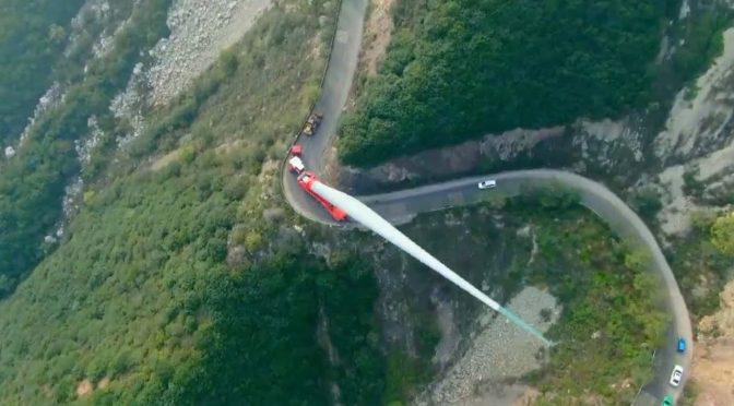 Како се превезува товар долг 70 метри и тежок 20 тони на врв на планина? (видео)